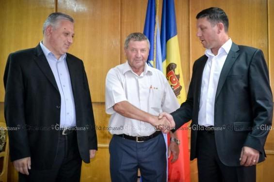 Vasile Grădinaru, preşedintele raionului, este felicitat de vicepreşedinţii proaspăt aleşi Andrei marian şi Igor Grozavu. @ Nelly Ciobanu/GD