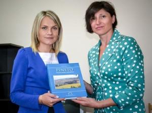 Primarul Nina Creteu a primit în dar o carte a localităţii Pineto de la Ina Spinei.