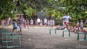 """Oleg FEDIȘIN, instructorul pe sport, arbitrează starturile vesele """"Cine-i cel mai sprinten"""". © Nelly Ciobanu/GD"""