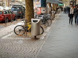 Что нужно, чтобы в городе не было мусора, вежливые граждане, высокоморальное население, куча дворников? Нет, нужно много урн - через каждые 20 метров, например.