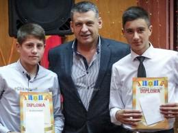 Iurie DOROGAN și Tudor ROȘU, cei mai buni fotbaliști ai anului 2015 însoțiți de Iurie MELINTE, șef, DÎTS Drochia