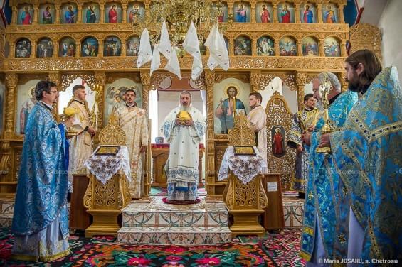 """Slujba duhovnicească la Parohia Ortodoxă Română """"Sfânta Cuvioasa Parascheva"""" din s. Chetrosu. © Maria JOSANU"""