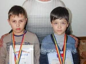 Premianții Marius GRIGORIȚĂ și Stanislav BURLACU împreună cu antrenorul Pavel CINCILEI