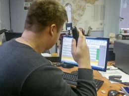 Диспетчер на рабочем месте (Фото символ)
