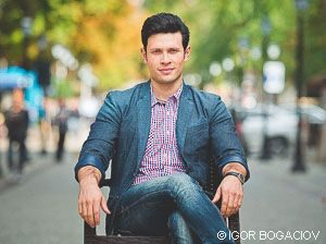 Nicu Țurcanu – actor de profesie, cântă la chitară, saxofon și clarinet, acceptă provocările ușor și nu-i place să facă planuri de viitor. Foto: Igor Bogaciov