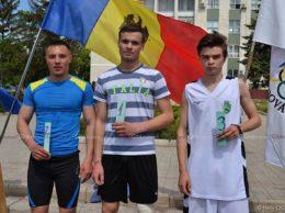"""(de la stânga) Mihai MELNICIUC (LT """"Ștefan cel Mare"""", or. Drochia), Veaceslav CHISTOL (LT Pelinia), Dorin VIȚA(LT """"M. Eminescu"""", or. Drochia), câștigătorii cursei de alergări, categoria băieți"""