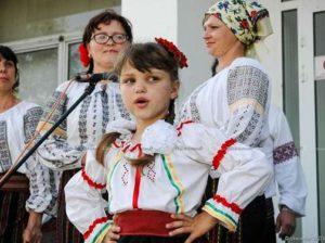 """Cea mai tânără solistă din ansamblul """"Busuioc"""", s. Pelinia"""