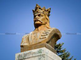Bustul domnitorului Ștefan cel Mare din fața Consiliului raional Drochia