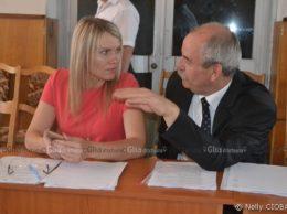 Nina Cereteu, primară, or. Drochia și Vladimir Calaraș, consilier orășenesc independent: Discuțiile continuă și în pauză.