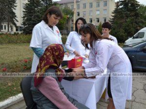 Doctoriţele testează tensiunea arterială a unei orăşence