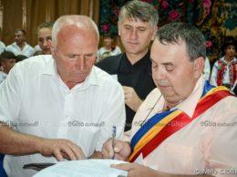 Ion PRODAN, s. Chetrosu, R. Moldova (la stânga) şi Viorel CLAPĂU, comuna Rebrişoara, România, semnează Acordul de colaborare, sub mărturia lui Cristan POMOHACI
