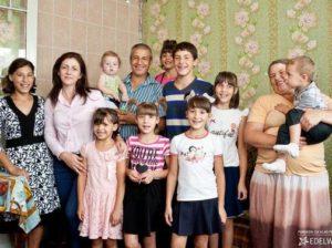Imaginea surprinde bucuria provocată de darurile aduse de Fundația Edelweiss în vara curentă