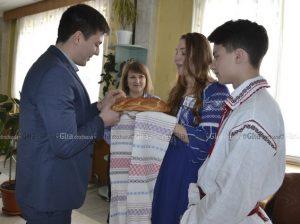 Sergiu COTOROBAI, Public Diplomacy Program Assistant, (în stânga), a fost întâmpinat conform tradiției moldovenești