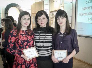 Premiantele Valeria MURZAC (la stânga) şi Valeria MAXIM, împreună cu profesoara de limba română Raisa MAXIM (în centru)