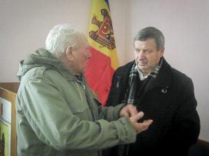 Vasile Grădinaru se întreține în discuții cu un pensionar