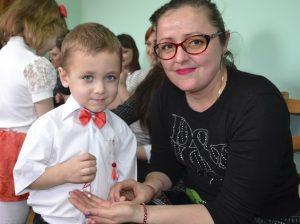 Câte un mărțișor confecționat de copii pentru angajatele Direcției Asistență socială