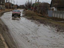 La toamnă, comuna Gura Galbenei va avea în localitate un drum european. Foto: Lilia Zaharia