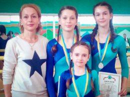 Тренер Людмила Мунтян с группой акробаток на турнире в Суклее, момент награждения спортсменок