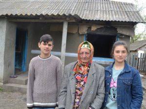 Bunica Ana cu Mihai și Dorina rămași fără adăpost