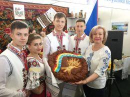 На открытии молдавской экспозиции, справа - Елена Руссу