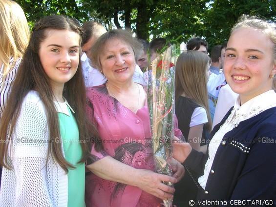 Цветы для любимой учительницы Зои Филипповны Пынзарь, Русский лицей №3