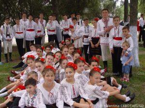 """Ansamblul de dansuri populare """"Izvoraș"""", conducător artistic Valentina COCITOV"""