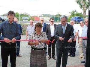 Maria Darii, secundată de oaspeții cehi, taie panglica blocului