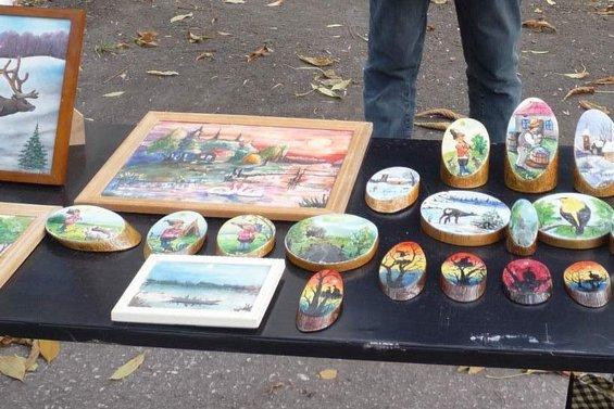 Cемейные сувениры, справа - работы Романа Гуцу