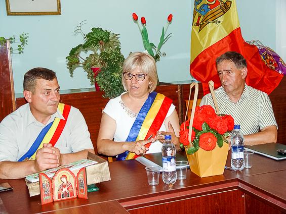 Mihai Rotaraș, Maria Huța și Petru Ababei la semnarea Acordului de înfrățire