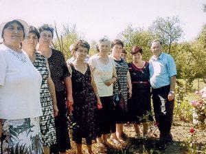 Flori în memoria lui Nicolae Testemițanu, depuse la Răstignirea din ograda Casei părintești din satul lui de baștină Ochiul Alb
