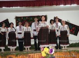 """Formația """"Busuiocul"""" din Pelinia, conducătoare Nina Râciu, la fesivalul """"Șezătoare la Panaci"""""""