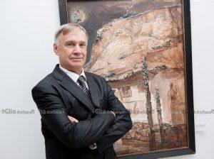 Виктор ТЕТКО на выставке на фоне своей картины