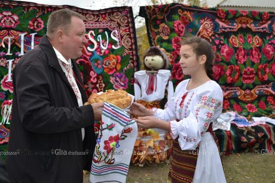 Pâine şi sare primarului Iurie GROSU, în semn de recunoştinţă