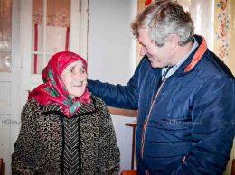 Mătuşa Nina RUDEAN şi primarul Valeriu VARMARI