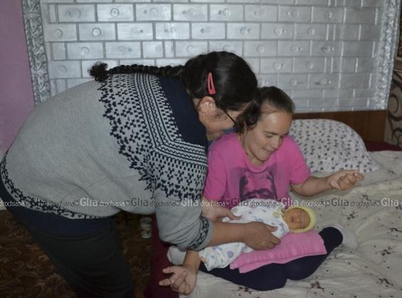 Asistenta Aliona Cuțuc are gijă de totul în casă, dar, în primul rând, de copilă, pe care mămica ei nu o poate strânge la piept