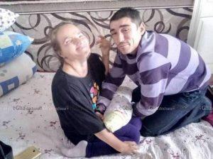 Micuța Maria este hrănită la pieptul mamei cu ajutorul tatălui