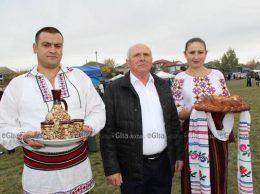 Ospitalitatea, una din calităţile chetroşenilor. (În centru) Ion PRODAN, primar, s. Chetrosu