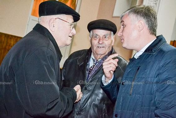 Corneliu Padnevici (în dreapta) discută cu cetățenii
