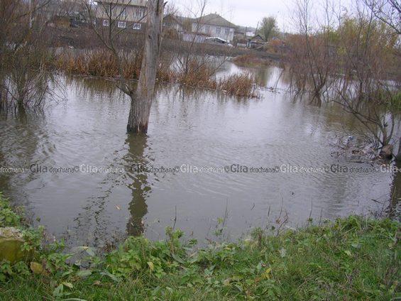 Вода подступает к домам