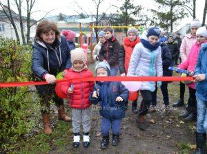 Varvara Duminică, împreună cu micii chetroşeni, dă start jocurilor pe terenul nou amenajat