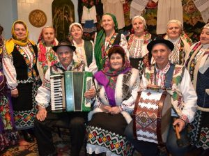 """Ansamblul folcloric """"Țărăncuțele"""", inima și sufletul multor evenimente culturale locale și de talie raională. În primul rând, în mijloc - Alexandra Nelipovschi, în stânga - Anatol Ceremuș"""