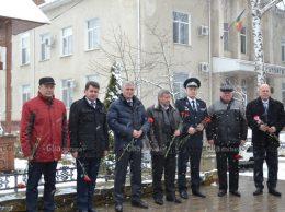 Flori și gânduri bune la Memorialul polițiștior căzuți pentru integritatea R. Moldova