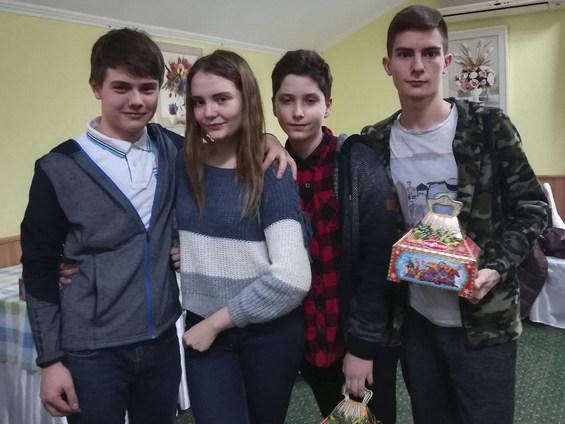 Максим ПЕТРОВ (справа) с новыми друзьями