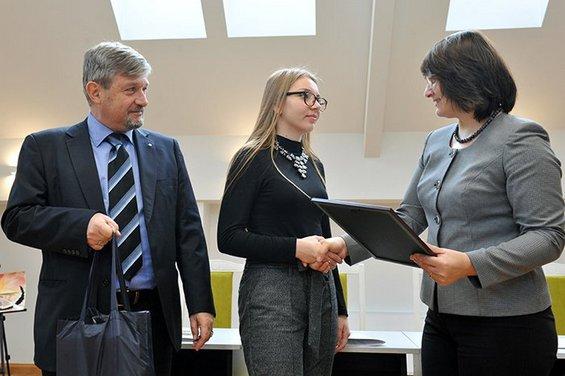 Antonio Polosa, șeful misiunii Organizației Internaționale pentru Migrație, și Svetlana CEBOTARI, ministru al sănătății, muncii și protecției sociale, înmânează Anastasiei MÂȚĂ diploma și premiul
