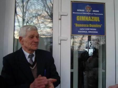 Dumitru BUNESCU în fața gimnaziului ce îi poartă numele