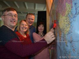 """Absolvenții promoției 1993, fiind la """"lecția de geografie"""", au avut obiectivul de a indica pe harta lumii unde se află acum foștii lor colegi de clasă"""