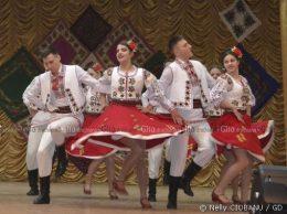 """""""Suita de dansuri populare"""", jucată cu pasiune de grupa de bază a Ansamblului de dansuri populare """"Izvoraș"""", conducător artistic Valentina COCITOV, pe scena Casei raionale de cultură, Drochia"""