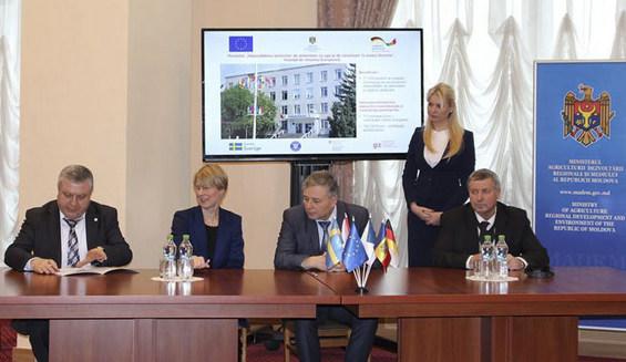 Secvență de la semnarea Memorandumului. În dreapta, Vasile GRĂDINARU, președintele raionului Drochia
