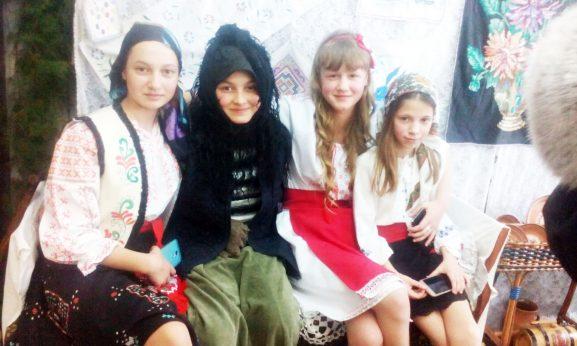 Девочки умело перевоплотились в персонажи сказки