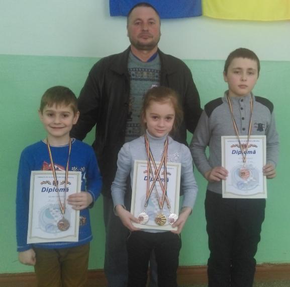 Antrenorul Pavel Cincilei cu campionii drochieni